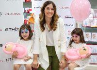 L'influencer Federica Piccinini con le due figlie in occasione dell'evento meet&greet con le sue followers di Bologna organizzato per Clarins nelle profumerie Ethos